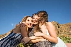 Trois belles longues jeunes femmes de cheveux dans les vacances Photographie stock libre de droits