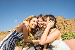 Trois belles longues jeunes femmes de cheveux dans les vacances Photos libres de droits