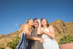 Trois belles longues jeunes femmes de cheveux dans les vacances Photo libre de droits