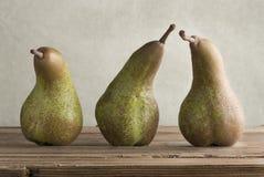 Trois belles poires vertes mûres image stock