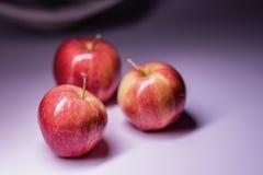 Trois belles pommes rouges sur la table image libre de droits