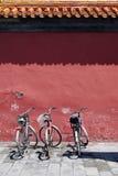Trois bicyclettes sous le vieux mur Photo libre de droits