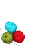 Trois billes d'amorçage avec des pointeaux de tricotage Images libres de droits