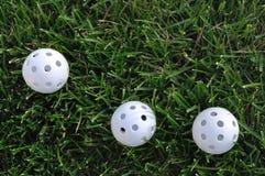 Trois billes de golf en plastique blanches de Wiffle images libres de droits