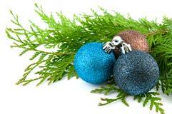 Trois billes de Noël avec les lames vertes photos libres de droits