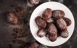 Trois biscuits de chocolat Chocolat fait maison Madeleines sur la table foncée image libre de droits