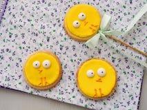 Trois biscuits de sucre de Pâques décorés comme poussins de Pâques Festin fait maison d'ester Petits poulets drôles comme décorat images libres de droits