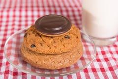 Trois biscuits différents et un verre de lait Image libre de droits