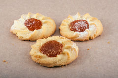 Trois biscuits sur le parchemin Photographie stock