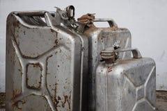 Trois boîtes grises avec l'essence ou le diesel, baril en métal photographie stock libre de droits