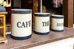 Trois boîtes métalliques marquées pour le thé, le café et le sucre photos libres de droits