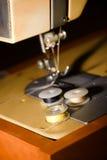 Trois bobines avec des fils sur la machine à coudre Photos libres de droits