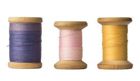 Trois bobines de fil d'isolement sur le fond blanc Photographie stock libre de droits