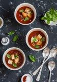 Trois bols de soupe à gazpacho sur un fond foncé Nourriture végétarienne saine Photographie stock