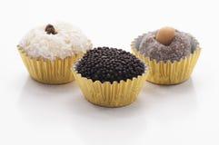 Trois bonbons brésiliens - Beijinho, Brigadeiro et Cajuzinho Photos stock