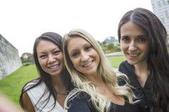 Trois bons jeunes d'amie dans la ville Photo libre de droits