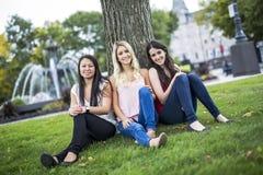 Trois bons jeunes d'amie dans la ville Images stock