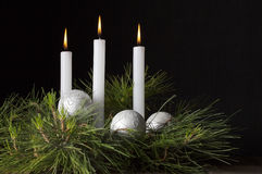 Trois bougies blanches avec le pin Photo libre de droits