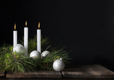 Trois bougies blanches d'ornements de Noël Photo stock