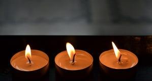 Trois bougies brûlantes d'église Photographie stock