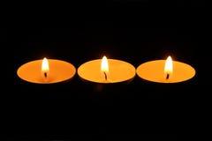 Trois bougies brûlantes dans une rangée Photo libre de droits