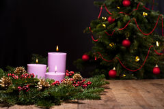 Trois bougies dans un agencement de fleur d'arrivée Images libres de droits