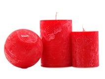 Trois bougies rouges de cire d'isolement sur le fond blanc photographie stock libre de droits