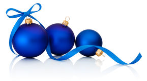 Trois boules bleues de Noël avec l'arc de ruban d'isolement sur le blanc Photos libres de droits