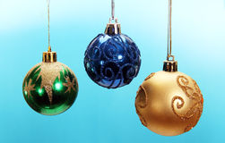 Trois boules colorées de Noël. Photographie stock