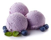 Trois boules de crème glacée de myrtille image stock