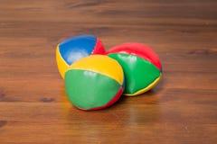 Trois boules de jonglerie colorées photographie stock
