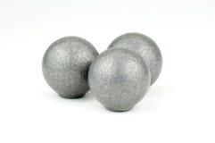 Trois boules de mousquet d'avance sur le fond blanc Photo stock