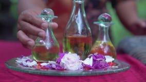 Trois bouteilles en verre d'oignon avec de l'huile aromatique de massage est sur le plateau rond en verre Vue en gros plan des ma clips vidéos