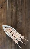 Trois brochettes avec des crevettes Photographie stock