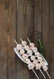 Trois brochettes avec les crevettes bouillies Images libres de droits