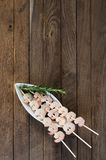 Trois brochettes avec les crevettes bouillies Photo libre de droits