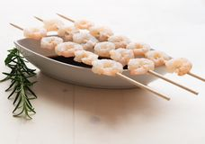 Trois brochettes avec les crevettes bouillies Photographie stock libre de droits