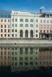 Trois buldings colorés d'affaires sur une rivière Photo libre de droits