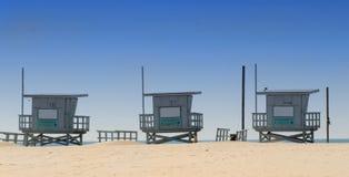 Trois cabanes de maître nageur sur Venise échouent, la Californie Photos stock