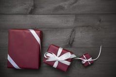 Trois cadeaux rouges de Noël, présents, ruban, Gray Background Photos libres de droits