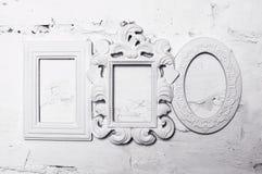 Trois cadres blancs de plâtre pour des photos sur le mur Image libre de droits