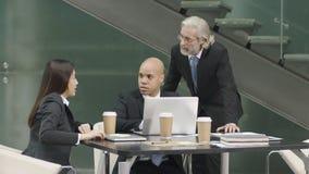 Trois cadres d'entreprise se réunissant dans le bureau images libres de droits