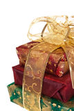 Trois cadres de cadeau enveloppés avec la bande et la proue d'or Photos stock
