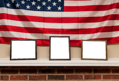 Trois cadres en blanc de photo sur une étagère avec le fond de drapeau américain Images libres de droits