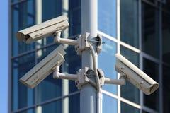 Trois caméras de sécurité de télévision en circuit fermé sur le pylône de rue Photos stock
