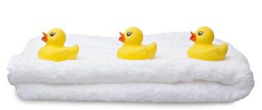 Trois canards en caoutchouc jaunes dans une ligne Image stock