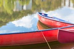 Trois canoës rouges en blanc photo stock