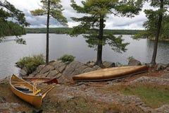Trois canoës sur le lac algonquin image libre de droits