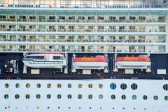 Trois canots de sauvetage sur le bateau de revêtement de croisière Photographie stock libre de droits
