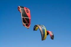 Trois cerfs-volants sur le fond de ciel bleu Photographie stock libre de droits